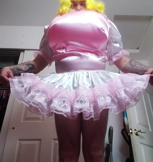 Sissy wants attention: Do I look hot to you?